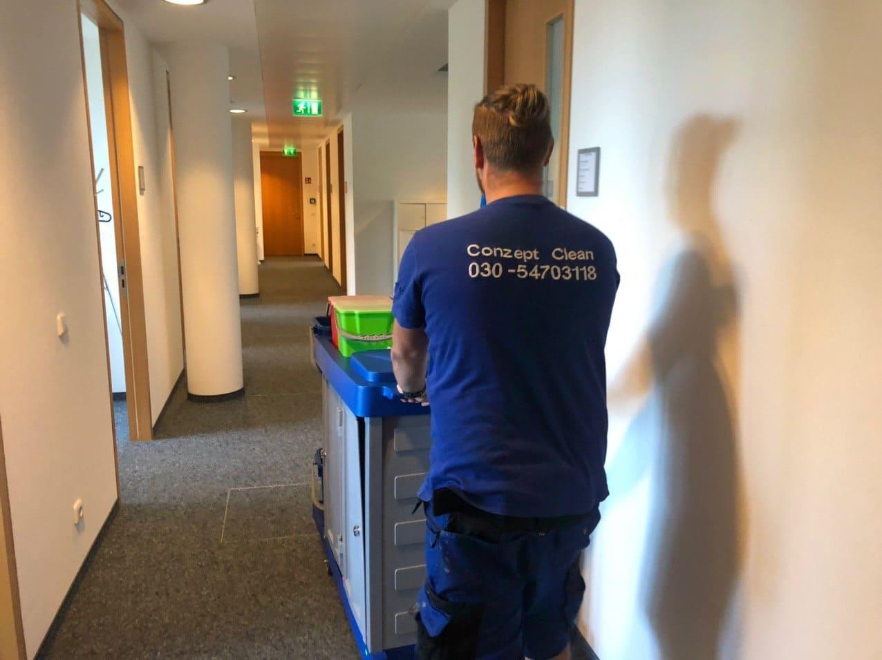 Büroreinigung mit Reinigungswagen